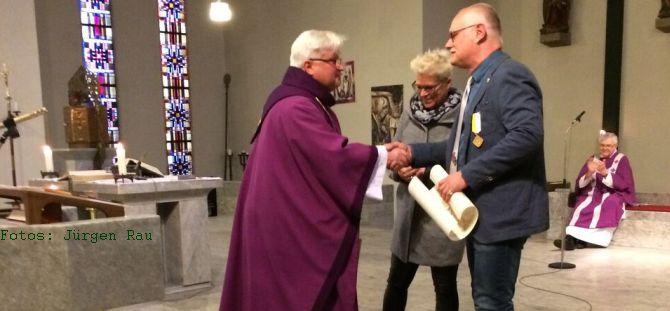 """Verleihung der päpstlichen Auszeichnung """"Pro Ecclesia et Pontifice"""" an Herrn Bert Becker"""
